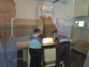 Im Röntgenzimmer. Nadja Bergamasco und Flavia Bättig legen mich so auf den Röntgentisch, dass es möglich ist ein Bild zu machen. Ich muss stillliegen, darf nicht zappeln.